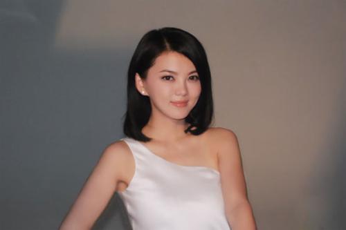 同父同母同长相,李湘成富婆,妹妹李玲为什么却大不一样?