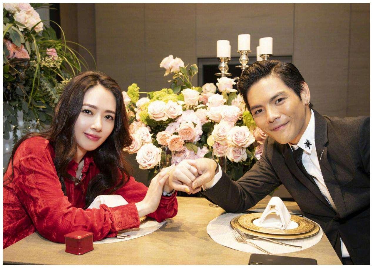 向佐和郭碧婷坐玫瑰花堆拥抱对视,他们是真爱吗?