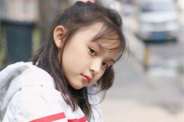 童星刘楚恬台上成熟稳重,会不会影响成长?