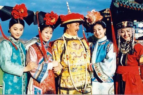《还珠格格》的发型都很浮夸,在清朝是真的这样吗?