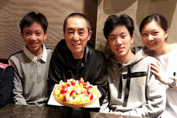 张艺谋16岁儿子过生日,顶级星二代的他为何吃自制蛋糕和长寿面庆祝?