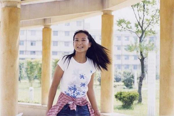 18岁北影落选,19岁圆梦中戏,28岁登上春晚,贾玲究竟是如何做到?